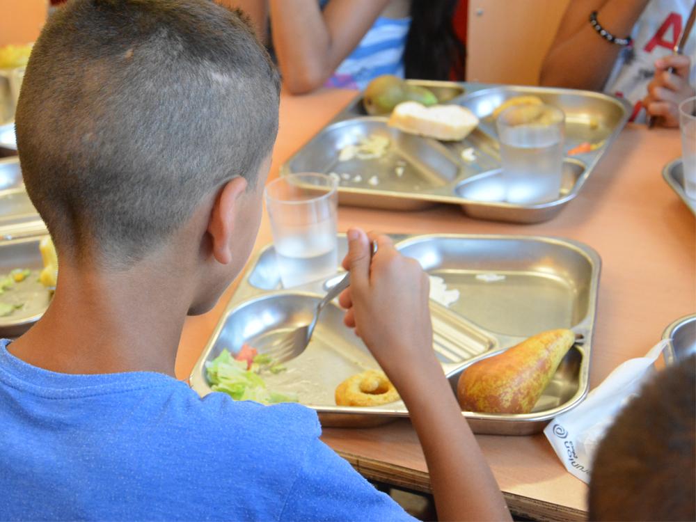 Se establecen diversas ayudas para las familias con menos recursos para que sus hijos cuenten con un menú de comida diario