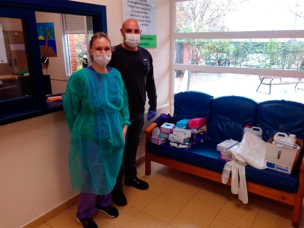 El Ayuntamiento distribuye entre las residencias para personas mayores de la ciudad y el centro de ASTOR el material de protección contra el coronavirus existente en los centros educativos