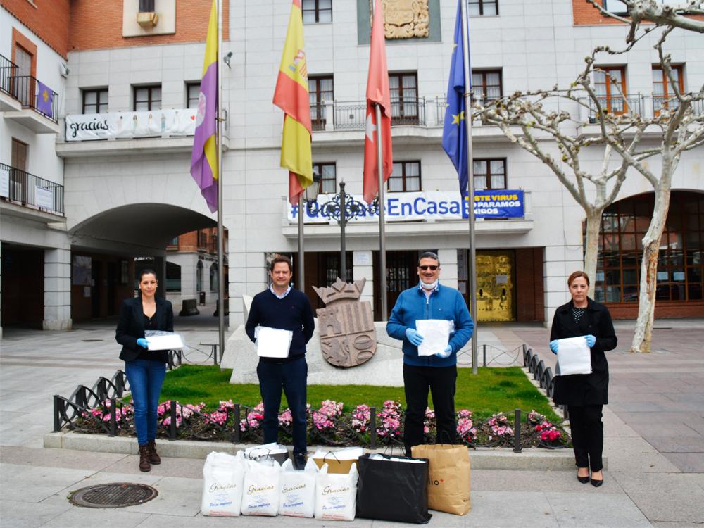 El alcalde agradece a las hermandades Virgen del Rosario, Vera Cruz y Rocío y a las más de 150 voluntarias de las mismas su encomiable labor al realizar batas y mascarillas
