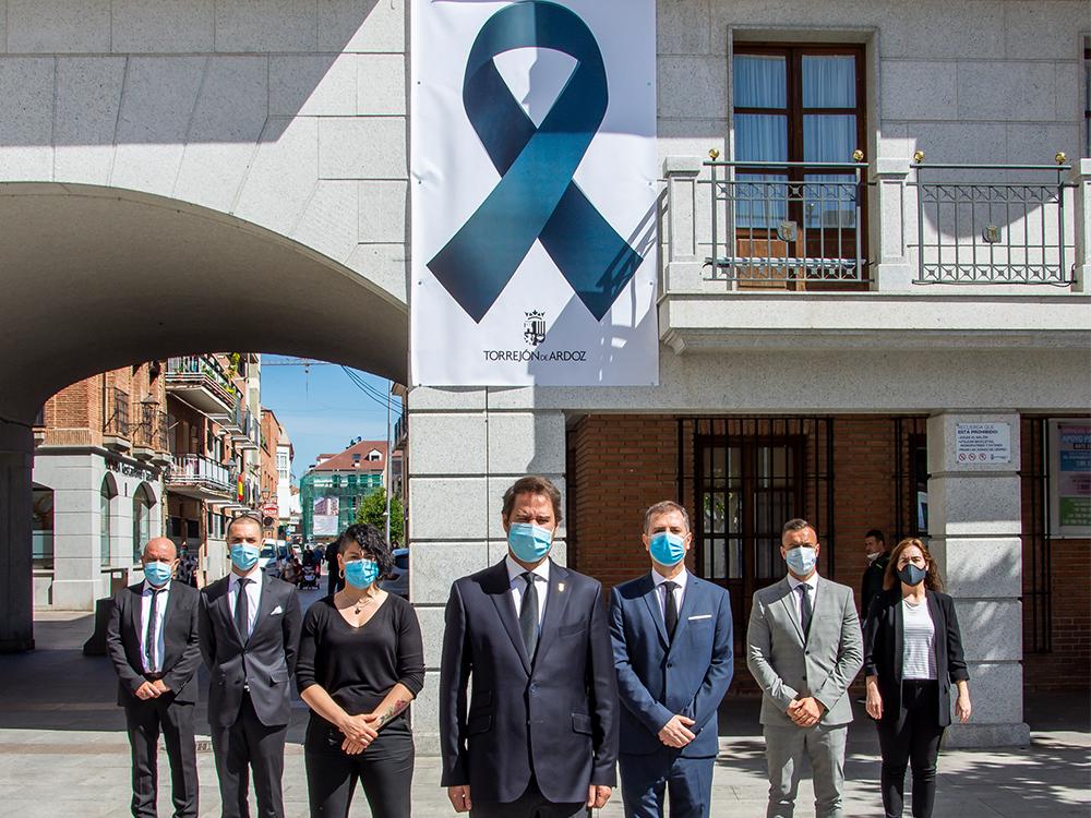 El Ayuntamiento de Torrejón de Ardoz luce un gran crespón negro en su fachada como muestra de solidaridad hacia las victimas del coronavirus
