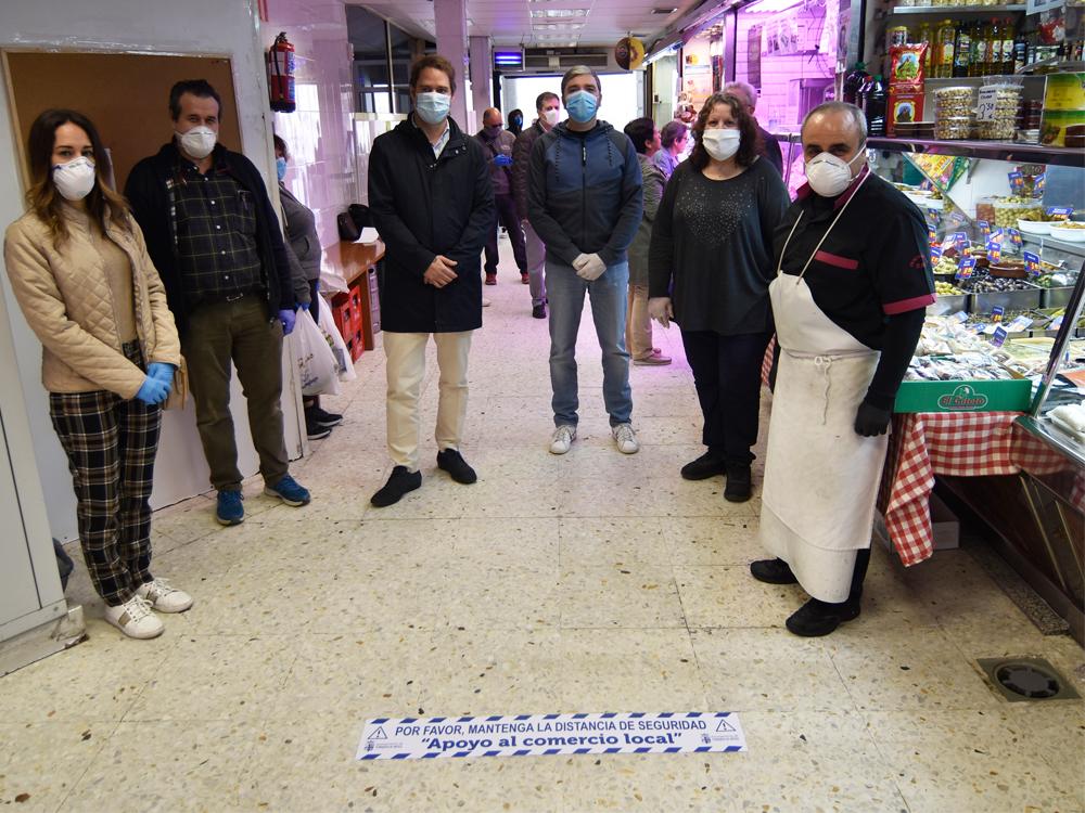 El Ayuntamiento facilita a los comercios de la ciudad vinilos de señalización para el cumplimiento de la distancia de seguridad con los clientes